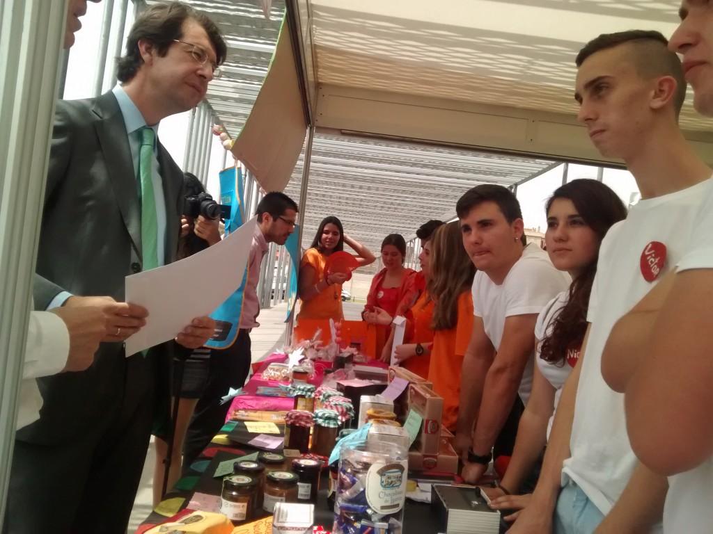 Juan Carlos Ruiz,  Consejero de Industria, Turismo e Innovación de la CC.AA. de la Región de Murcia entregando el certificado de asistencia al VI Minimarket escolar a alumnos del Colegio San José de Espinardo