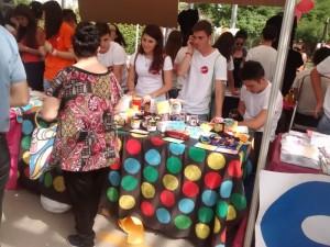 Punto de venta del cooperativa AZ, con alumnos del Colegio San José de Espinardo