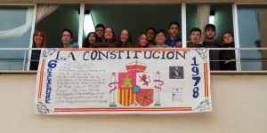 Alumnos de 4º A con su trabajo de la constitución